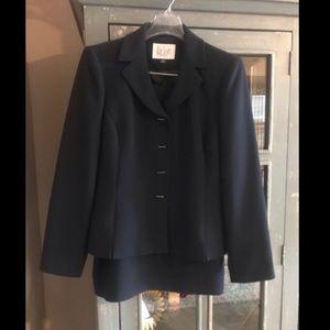 Le Suit Brand Navy Suit Size 4P